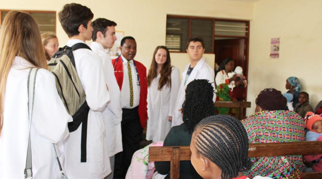 タンザニアの病院で研修する医療の高校生ボランティアたち